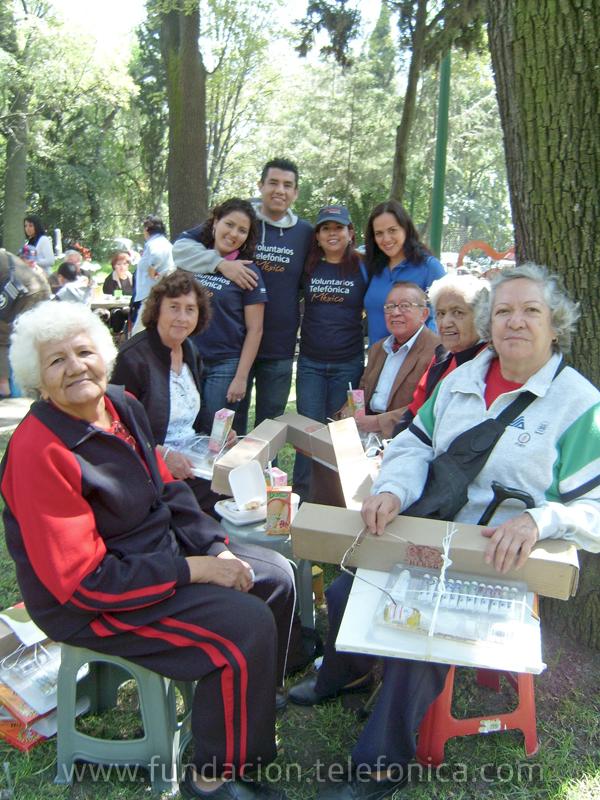 s Voluntarios acompañaron a adultos mayores por un recorrido en el museo de arte moderno y compartieron una actividad artística.