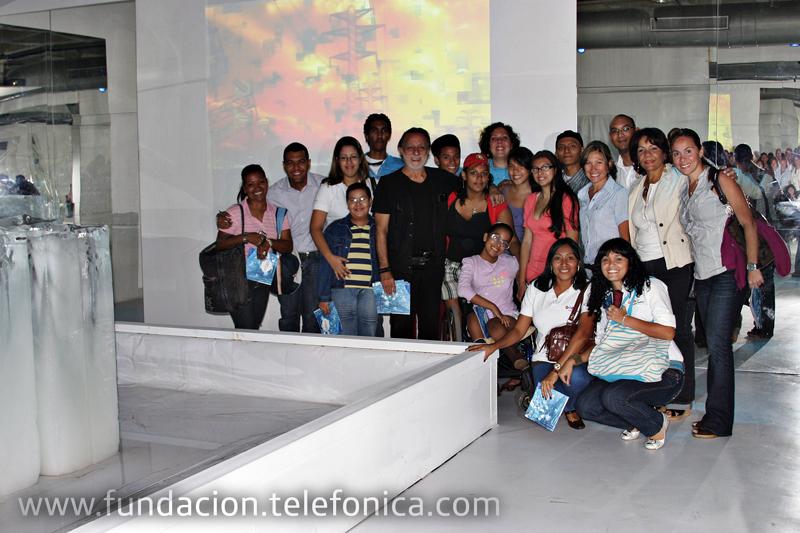 Niños y jóvenes de Aulas Fundación Telefónica en hospitales visitaron  la exposición Petróleo Verde desde la perspectiva del artista venezolano Rolando Peña.
