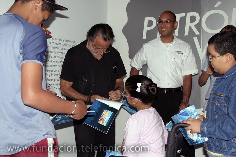 Rolando Peña, galardonado con la Beca Guggenheim de Artes Visuales en 2009 acompañó a los jóvenes por el recorrido de Petróleo Verde.