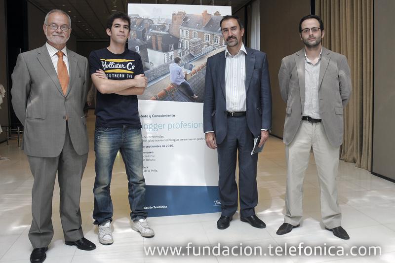De izda. a dcha.: el vicepresidente ejecutivo de Fundación Telefónica, Javier Nadal; el bloguero Carlos Rebato; el director de Debate y Conocimiento José de la Peña; y el cofundador de Weblogs SL., Antonio Ortiz.