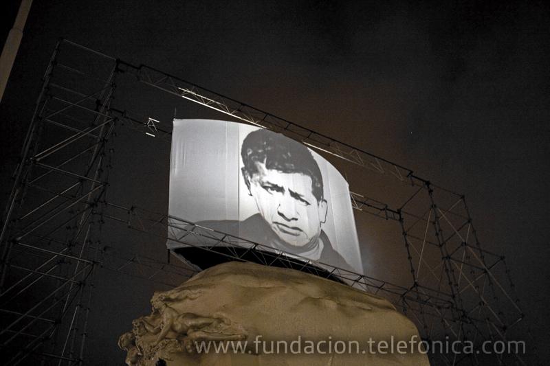 'Héroes' del Colectivo Andrea Sosa y Rolando Sánchez (Argentina y Perú), quienes han reemplazado, simbólicamente, la estatua de San Martín por la figura de personas de a pie, que habitan contemporáneamente el espacio cotidiano, en el territorio de la Plaza San Martín y sus alrededores.