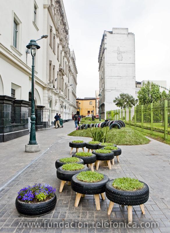 'Invasión Verde' del Colectivo POP UP + Claudia Ampuero (Perú), ha devuelto el sentido público al Pasaje Encarnación, al convertirlo en una gran alfombra verde con mobiliario hecho de césped natural.