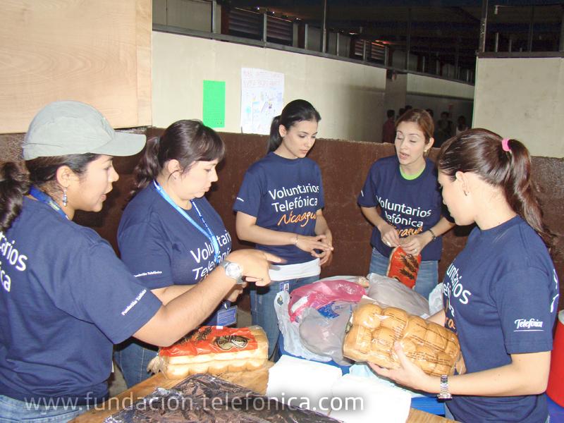 Jornada de apoyo a los damnificados por lluvias en el albergue Padre Fabretto de Managua, en el marco del Día Internacional del Voluntario Telefónica.