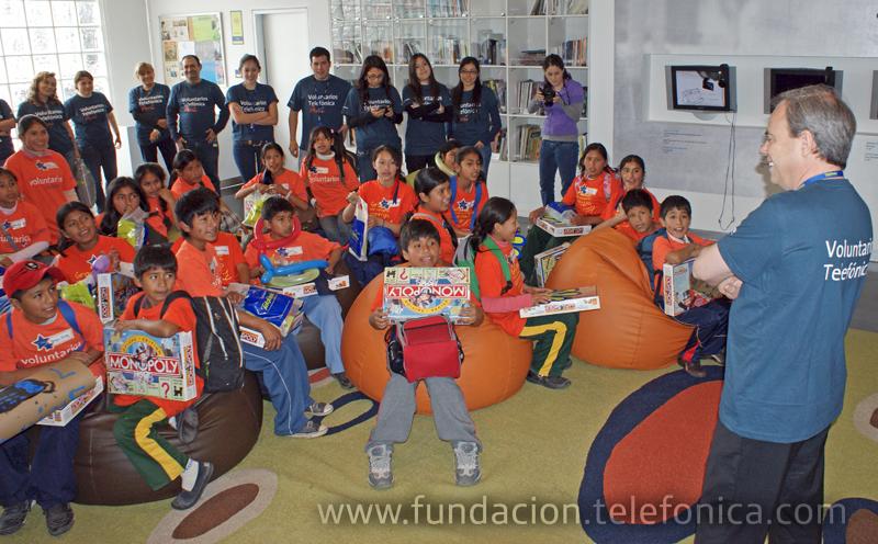 Javier Manzanares, presidente de Telefónica en el Perú, recibiendo a niños beneficiados por el programa Proniño de la Fundación Telefónica y felicitando a los Voluntarios Telefónica en su día, en el edificio principal de la Av. Arequipa.