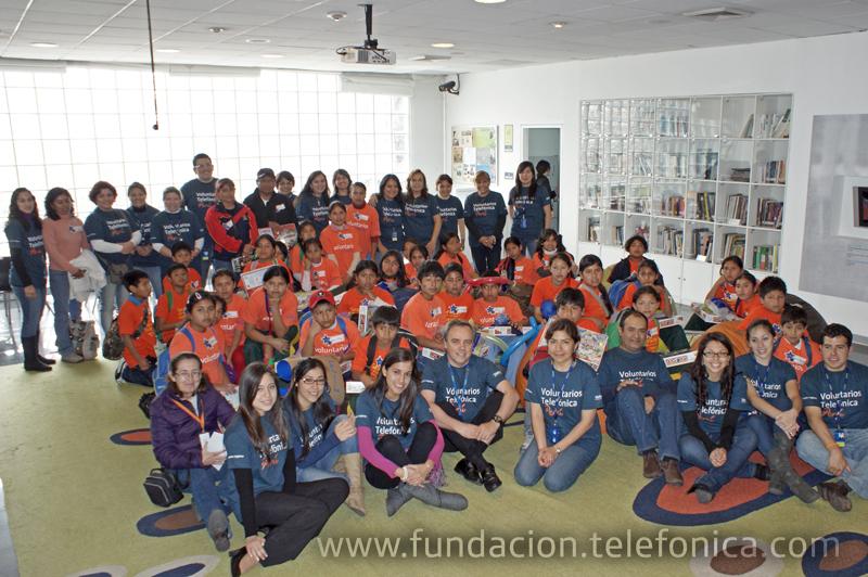 Voluntarios Telefónica y escolares, beneficiados por el programa Proniño de la Fundación Telefónica, en el edificio principal de la Av. Arequipa, Lima.