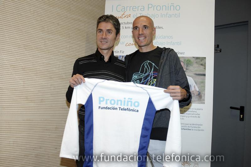 Los corredores Martín Fiz y Chema Martínez mostrando la camiseta de la I Carrera Proniño.