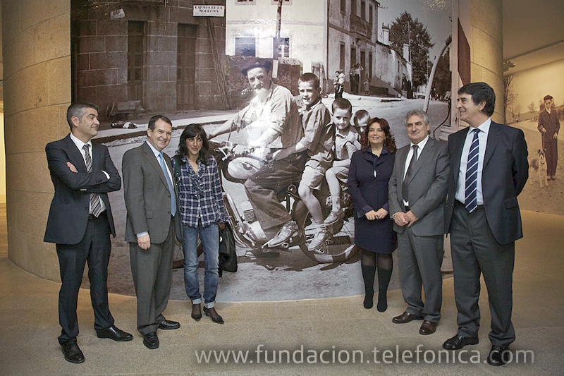 En la foto aparecen, entre otros, el Alcalde de Vigo, Abel Caballero (segundo por la izquierda) y Francisco Serrano, Director de Fundación Telefónica (primero por la derecha).
