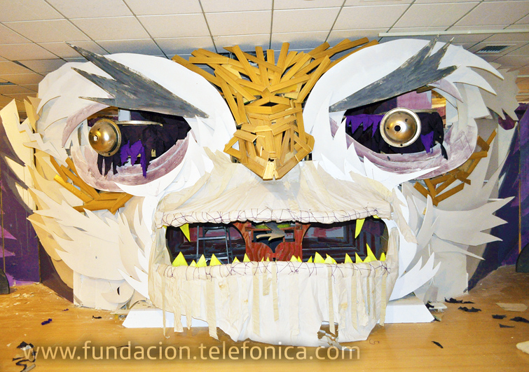 """""""Movimiento Humberto"""", instalación lúdica e interactiva del Colectivo Fumakaka -creada en base a motores, sistemas electrónicos, sonidos, luces y material reciclado de exhibiciones pasadas del Centro Fundación Telefónica."""