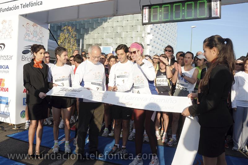 El vicepresidente ejecutivo de Fundación Telefónica, Javier Nadal cortando la cinta que dio inicio a la carrera, junto al presidente de Telefónica LATAM, José María Álvarez-Pallete y la presentadora de televisión Anne Igartiburu.