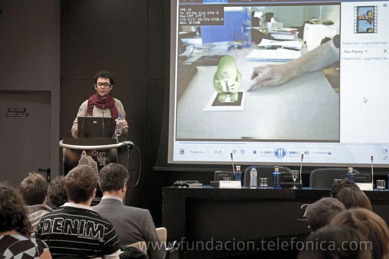 El diseñador e investigador Javier Noguerol en un momento de su intervención sobre cómo funciona la realidad aumentada.