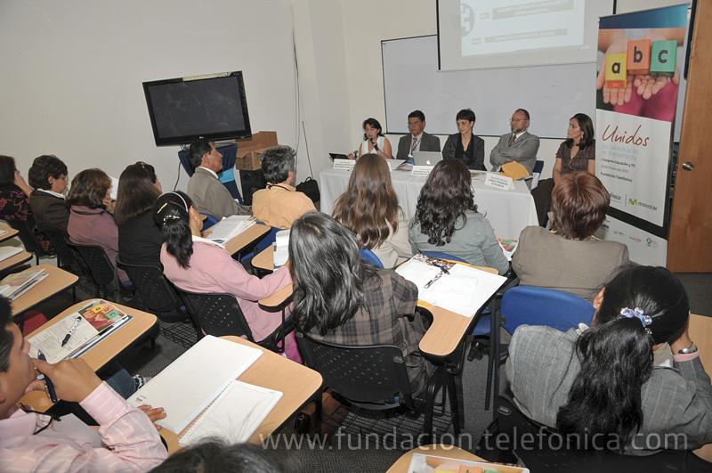 Mesa en donde se presentaron las metodologías alternativas en procesos escolares.