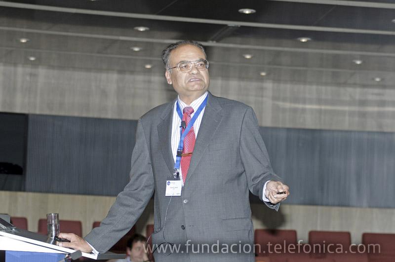 """El profesor dr. Tapan K. Sarkar, en un momento de su conferencia """"The Origins of Radio Broadcasting""""."""
