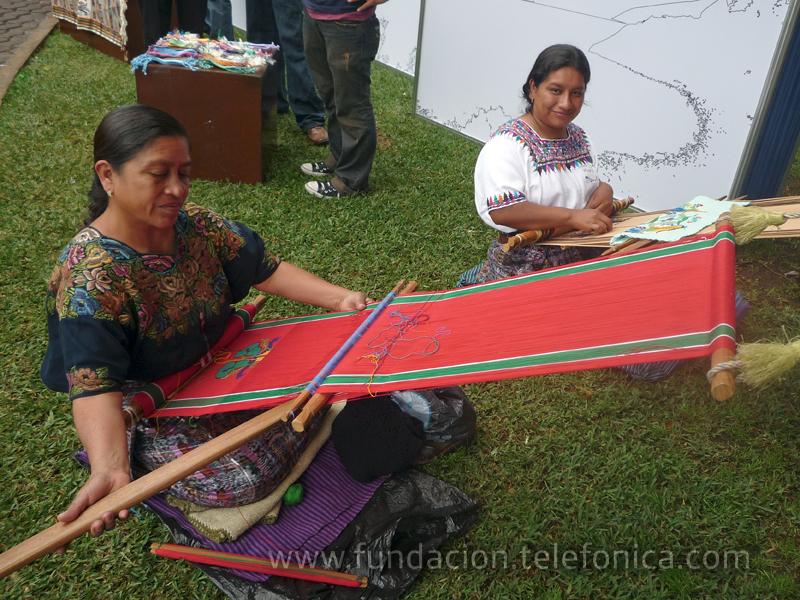 El stand contó también con una demostración en vivo de cómo las mujeres indígenas en Panajachel, elaboran los tejidos y productos como las famosas pulseritas típicas.