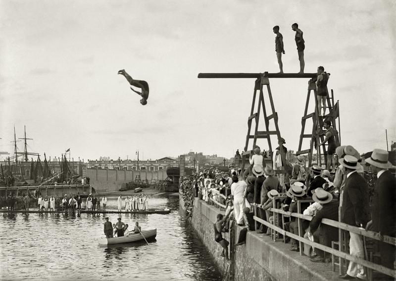 Concurso de natación organizado por el Club Natación Barcelona y el Brussels Swimming and Water Polo Club Puerto de Barcelona, 1913 © Brangulí / ANC, 2010.