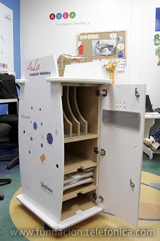 El carrito contiene 4 laptops conectadas inalámbricamente a Internet, un regulador de voltaje para mantener la carga de las baterías, y dos bandejas de acrílico para colocar las computadoras en las sillas o camas de los niños que no posean la capacidad de movilizarse hasta el aula fija.