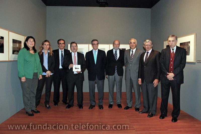 El Presidente de Telefónica, César Alierta, junto al resto de autoridades y personalidades que asistieron a la presentación de la muestra en Zaragoza.