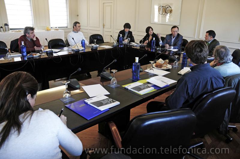 Los editores y autores de TELOS 85 debaten con los periodistas en la rueda de prensa.