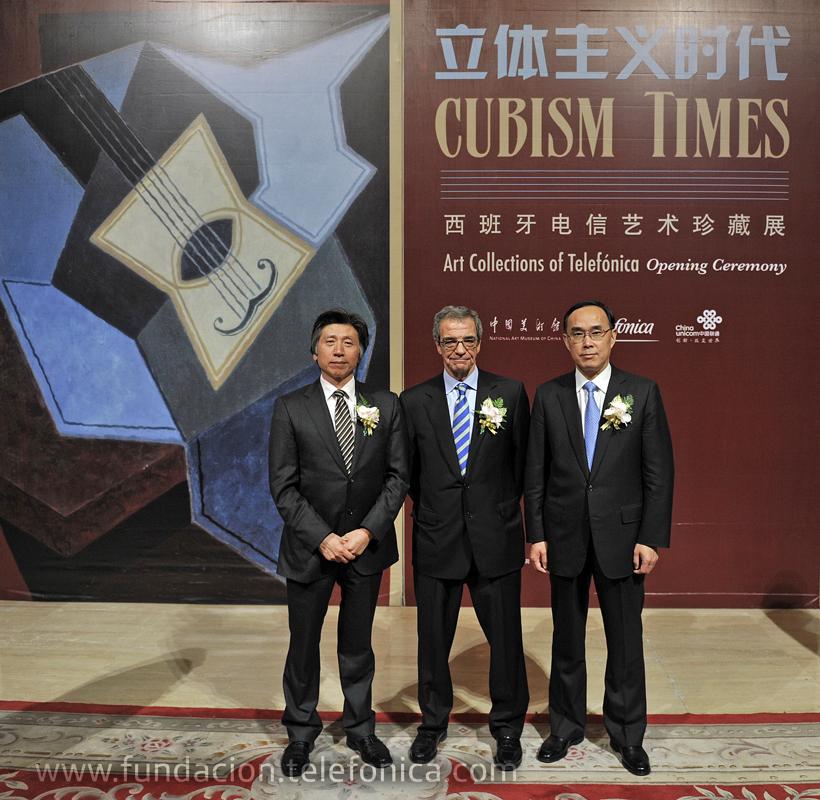 De izquierda a derecha, Fan Di'an, presidente del Museo Nacional de Arte de China (NAMOC), César Alierta, presidente de Telefónica, y Chang Xiaobing, presidente de China Unicom.