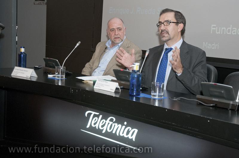 De izda. a dcha., el director de Economía y Estrategia para mercados emergentes en Cisco Systems, Enrique J. Rueda Sabater, y el director del área de Conocimiento en Red de Fundación Telefónica, José de la Peña.