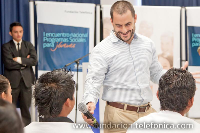 Hernán Ozón, director de Telefónica El Salvador inauguró Programa Sociales para Jóvenes y compartió con los jóvenes beneficiarios.
