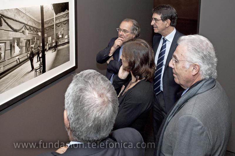 Francisco Serrano, Director de Fundación Telefónica, junto a Josep María Sans, Director del Arxiu de Catalunya y algunos miembros de la familia Brangulí