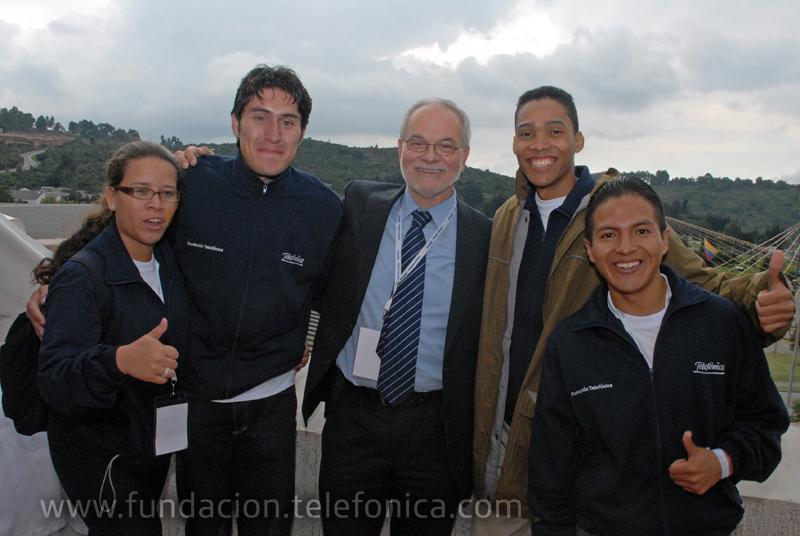 Javier Nadal, vicepresidente ejecutivo de Fundación Telefónica junto a un grupo de participantes en el encuentro de Bogotá.