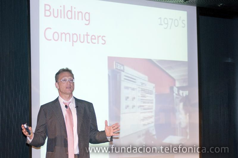 El profesor de las universidades de Stanford y Berkeley, Andreas S. Weigend, en un momento de su conferencia