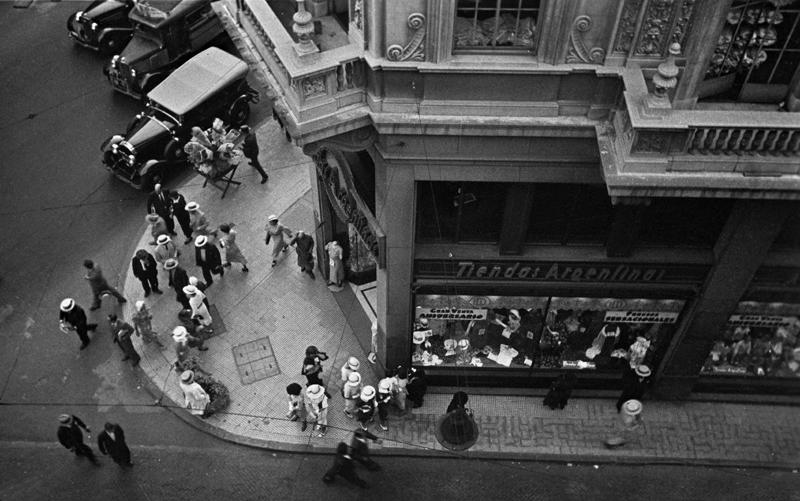 Calle Suipacha esquina Avenida Presidente Roque Sáenz Peña, 1936. © Horacio Coppola.
