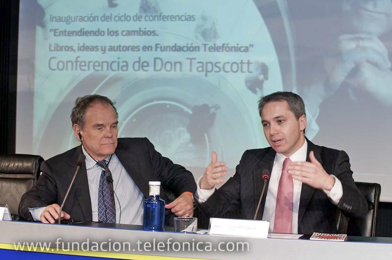 """De izda. a dcha.: el conferenciante, Don Tapscott y el moderador y presentador de """"La Noche en 24 horas"""", Vicente Vallés."""