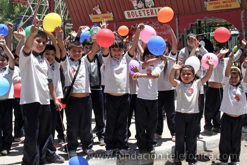 Más de 4000 niños y niñas beneficiarios de Proniño celebraron el inicio de la Navidad en el parque de atracciones de Santiago de Chile.