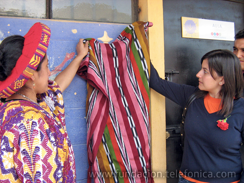 La Escuela Oficial Rural Mixta El Novillero del municipio Santa Lucía Utatlán se vistió de gala para inaugurar la primera Aula Fundación Telefónica en el departamento de Sololá.