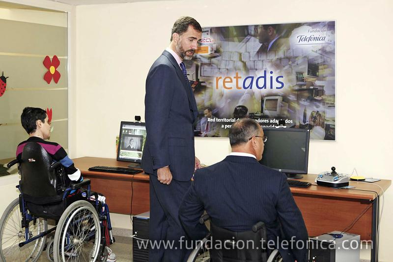 S.A.R. El Príncipe D. Felipe durante su visita a la unidad del programa Retadis instalada en el centro de Cocemfe en Albacete