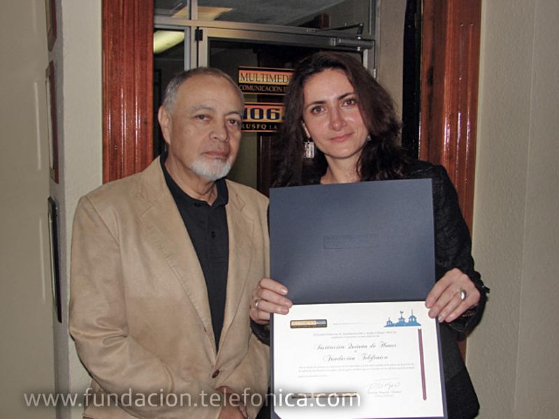 Foto de entrega: Patricio Tinajero, Director del Consejo Editorial de Multimedios 106, entregó dicho reconocimiento a María Augusta Proaño, Directora de Fundación Telefónica Ecuador.