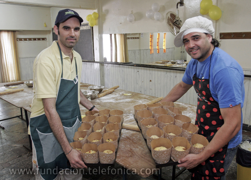 """El pasado miércoles el voluntariado de Mar del Plata realizó una actividad en la Sociedad de Fomento, calle 3 de Febrero N° 6042, que consistió en la fabricación de 200 pan dulces y 200 budines. El requisito fue asistir con """"delantales de cocina""""."""