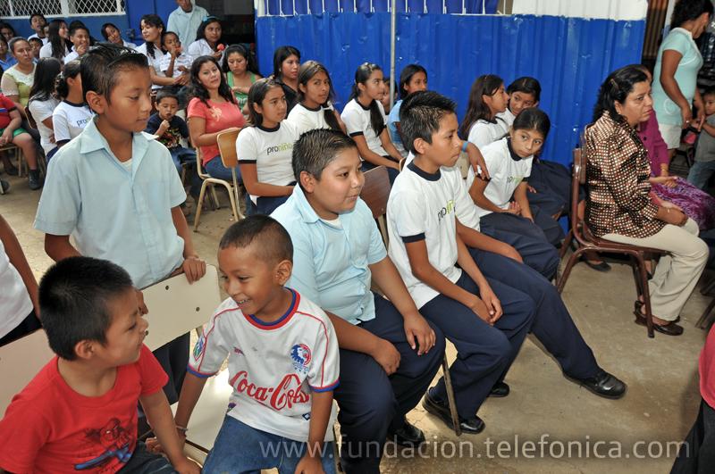 Alumnos de Sabana San Juan Arriba durante la inauguración del Aula Fundación Telefónica y año escolar.