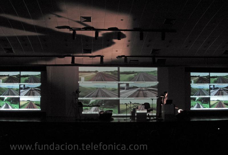 El artista brasilero Márcio André presentó una fusión sonora de voz, sonidos electrónicos e instrumentos tradicionales acústicos, matizada por una interesante propuesta multimedia.