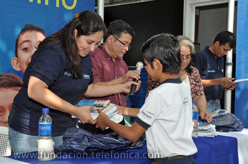 Entrega simbólica de paquete de útiles a beneficiarios de Proniño.