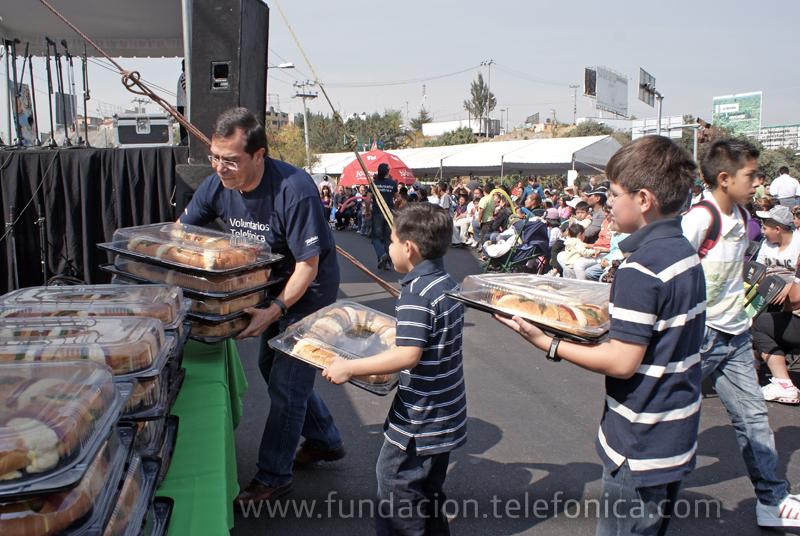 Enero es el mes de los Reyes Magos en México, y los voluntarios entregaron varias Roscas de Reyes a personas de escasos recursos en la Delegación Álvaro Obregón.