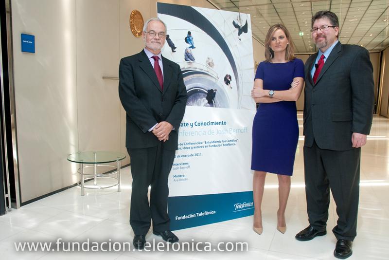 Josh Bernoff junto a Javier Nadal, Vicepresidente Ejecutivo de Fundación Telefónica y la periodista Ana Roldán, moderadora del acto.