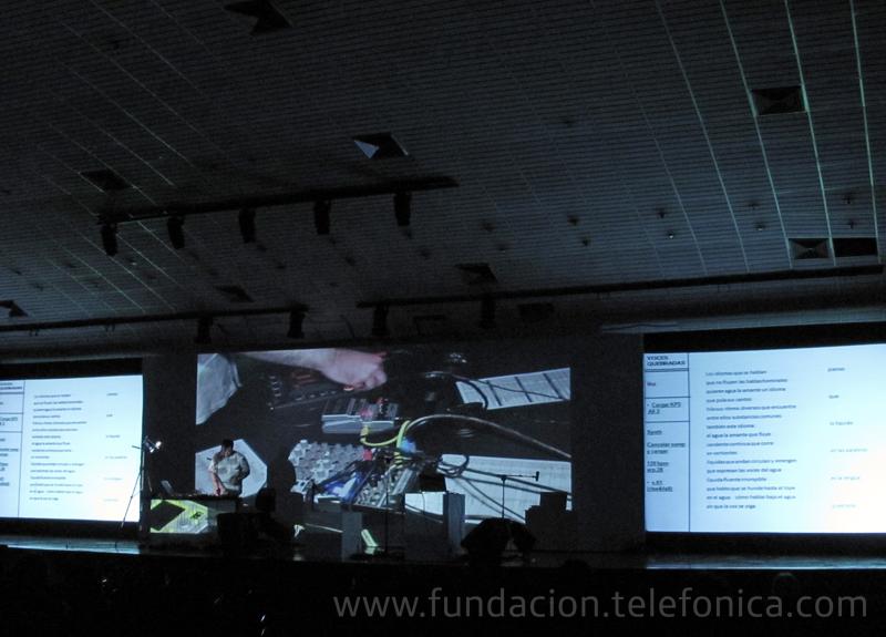 El artista chileno Martín Gubbins fue el encargo de abrir el concierto con una intervención de poesía sonora donde confluían las voces y los dispositivos electrónicos.