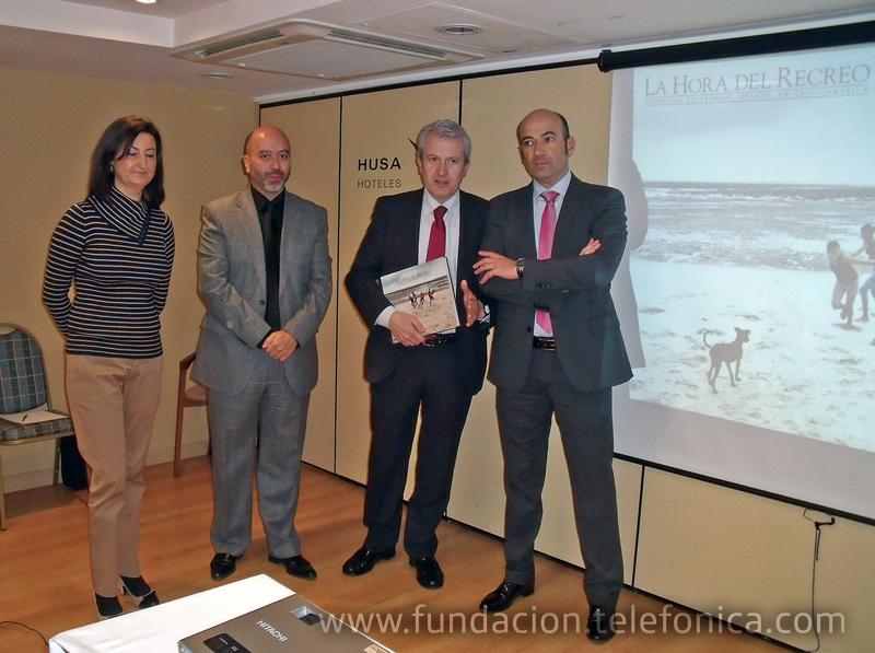 """Emilio del Río, Consejero de Presidencia del Gobierno de La Rioja (segundo por la derecha), junto al resto de participantes en la presentación de """"La Hora del Recreo"""" en Logroño."""