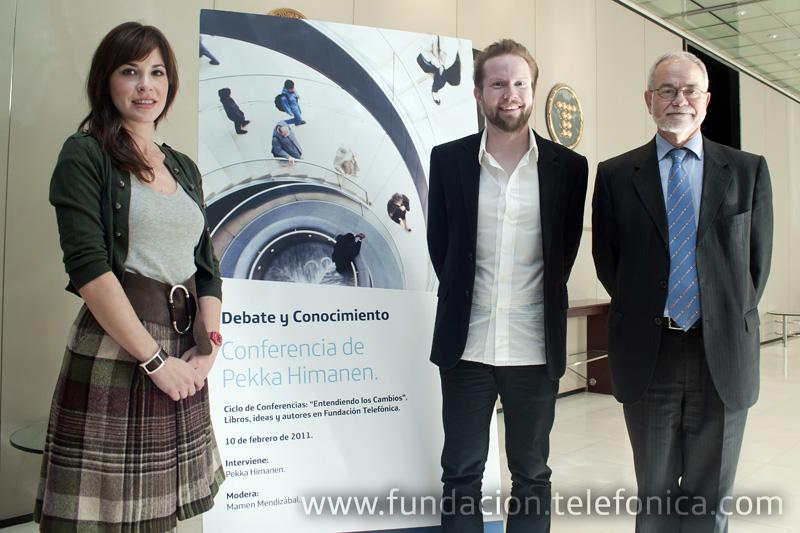 De izquierda a derecha, Mamen Mendizábal, moderadora de la conferencia; Pekka Himanen; Javier Nadal, Vicepresidente Ejecutivo de Fundación Telefónica.