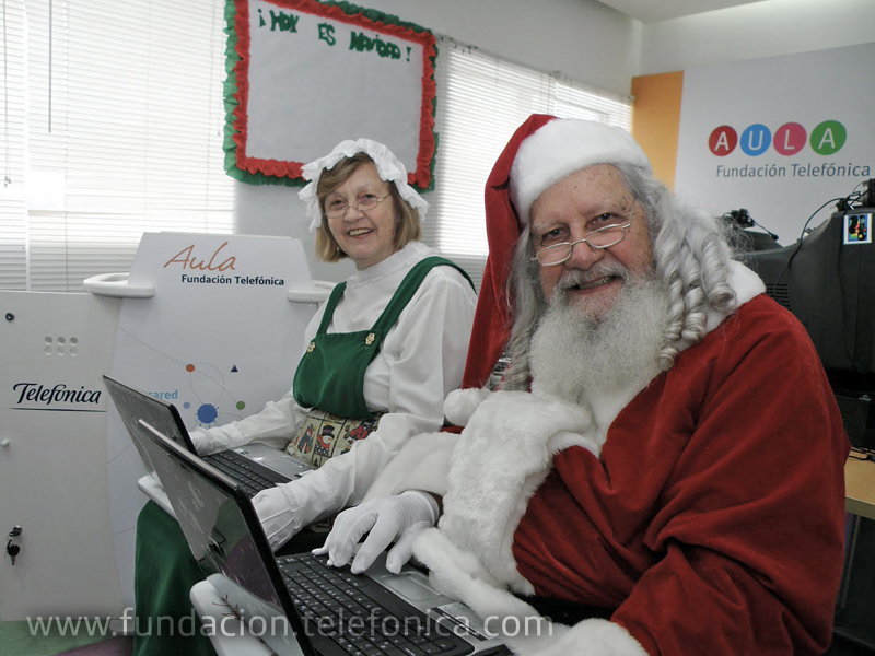 La visita de Santa y mamá Santa coincidió con la inauguración de un Aula Fundación Telefónica en el Hospital J.M. de los Ríos.