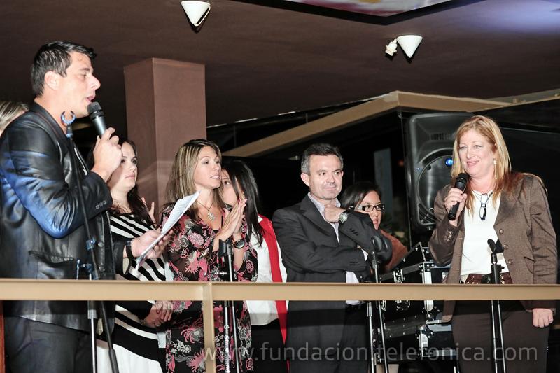 Sergio Novelli, animador y locutor venezolano, anunciando los reconocimientos de los voluntarios.
