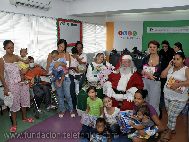 Santa y mamá Santa entregaron los regalos a los niños hospitalizados.