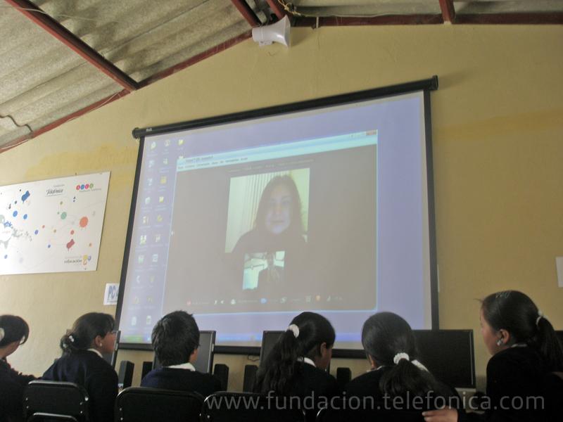 Estudiantes de la escuela Gabriela Mistral atienden la videoconferencia de Olga Canovas, responsable del proyecto en España.