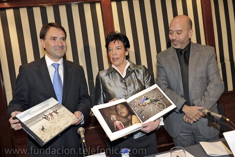 De izquierda a derecha: Óscar Alegría, Director Territorial de Telefónica en el Territorio Norte; Isabel Celaá, Consejera de Educación del Gobierno Vasco; Joan Cruz, Director de Coordinación Territorial de Fundación Telefónica.