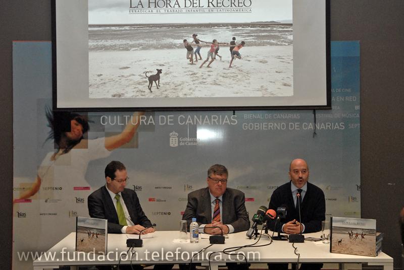 De izquierda a derecha, Juan José Flores Medero, Director Territorial de Telefónica en Canarias; Alberto Delgado Prieto, Viceconsejero de Cultura y Deportes de la Autonomía de Canarias; Joan Cruz, Director de Coordinación Territorial de Fundación Telefónica.