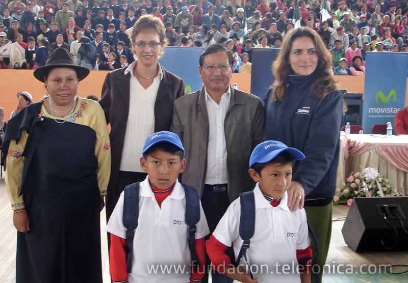 De izq. a der. Rosa Muñoz, Coordinadora del Patronato de Chimborazo, Dagmar Thiel, Vicepresidenta de Fundación Telefónica - Movistar, Mariano Curicama, Prefecto de Chimborazo y María Augusta Proaño, Directora de Fundación Telefónica – Movistar, junto a niños participantes de este proyecto.