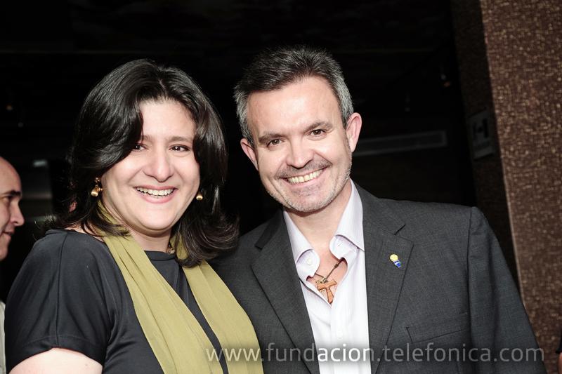 El Presidente de Telefónica Venezuela, Juan Antonio Abellán, junto a Bettsymar Díaz, hija del reconocido cantante venezolano Simón Díaz.